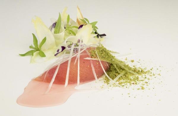 Pêche rôtie, asperges blanches et pistache
